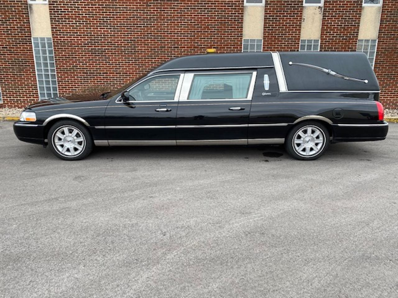 2011 Lincoln Superior Diplomat Hearse